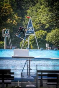 #02 Marc Weyer überspringt mit Hilfe des UNIT Kicker das 4 Meter breite Gap zwischen den Becken